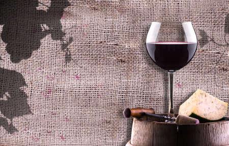 chease, kurkentrekker en glas wijn op een houten vintage vat tegen grunge achtergrond