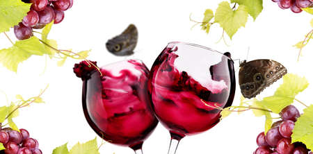 Rijpe druiven en een paar glazen wijn op wit wordt geïsoleerd. Liefde concept