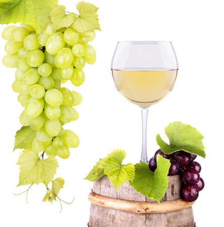 druiven en glas wijn op een houten vintage vat Stockfoto
