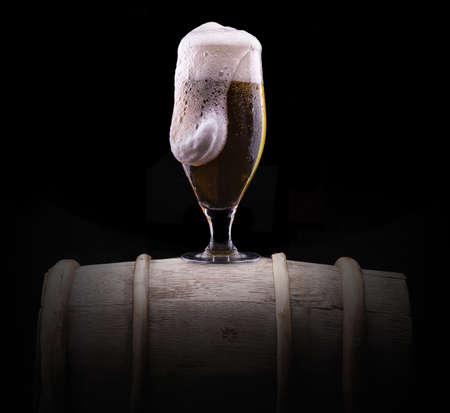 Frosty Glas helles Bier auf schwarzem Hintergrund