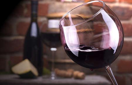 Verre de vin et des fruits, bouteille de vin, du fromage contre un mur de briques. Banque d'images - 21607064