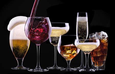 맥주, 마티니, 콜라, 샴페인, 와인, 주스, 스카치 위스키 - 알코올의 서로 다른 이미지 스톡 콘텐츠