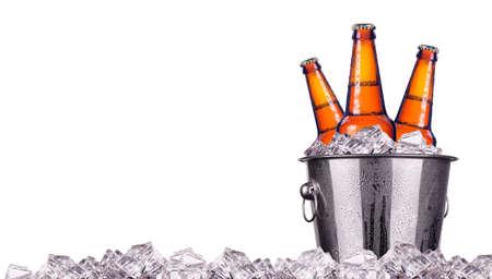 白で隔離される氷のバケツでビール瓶