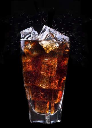 블랙에 얼음 스플래시와 신선한 콜라 음료 배경
