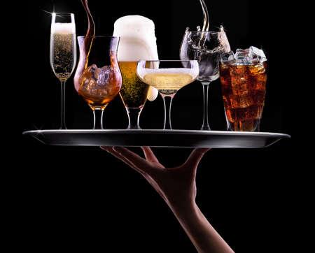 シャンパン、ビール、カクテル、黒い背景に異なるドリンク トレイ ワイン、ブランデー、ウイスキー、スコッチ、ウォッカ、コニャック