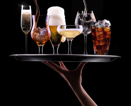 podnos: zásobník s různými nápoji na černém pozadí - šampaňské, pivo, koktejl, víno, brandy, whisky, skotské, vodku, koňak