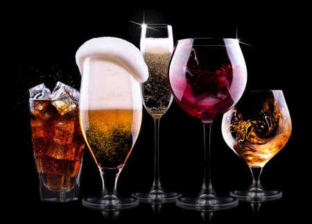 黒の背景に - シャンパン、ビール、カクテル、設定別の飲み物を持つワイン、ブランデー、ウイスキー、スコッチ、ウォッカ、コニャック 写真素材