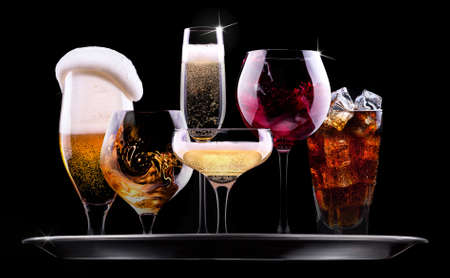 검은 배경 - 샴페인, 맥주, 칵테일, 와인, 브랜디, 위스키, 스카치, 보드카, 코냑에 다른 음료와 쟁반 스톡 콘텐츠