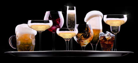 黒の背景に - シャンパン、ビール、カクテル、別の飲み物を持つトレイ ワイン、ブランデー、ウイスキー、スコッチ、ウォッカ、コニャック