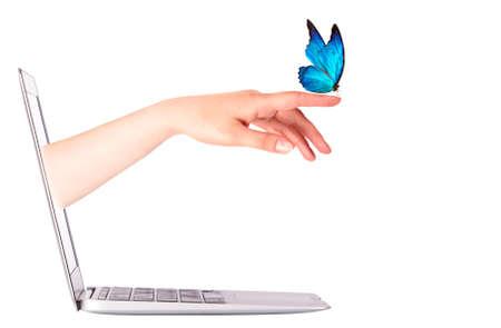 femme papillon: vue de c�t� d'ordinateur portable avec le papillon sur la main de la femme. En mouvement isol� Banque d'images