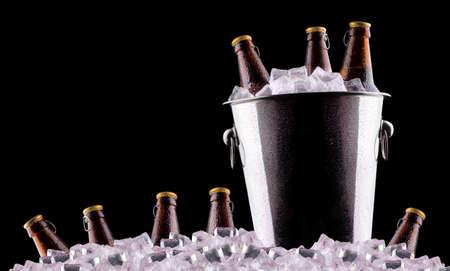 얼음 양동이에 맥주 병 검정에 격리 스톡 콘텐츠