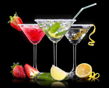 알콜 칵테일 맛있는 여름 과일로 설정합니다. 베리 쿨러 칵테일, 마티니, 모히토, 피나 콜라 스톡 콘텐츠