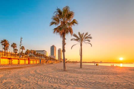 Barceloneta Beach in Barcelona with colorful sky at sunrise 免版税图像