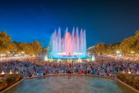 Vista notturna della Fontana Magica di Barcellona Archivio Fotografico - 31042637