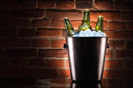 얼음 양동이에 맥주 병 스톡 콘텐츠