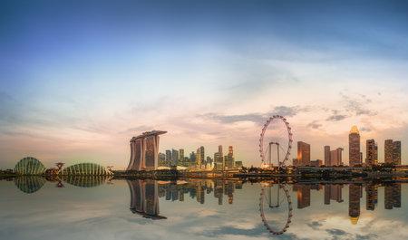 싱가포르의 스카이 라인과 마리나 베이 (Marina Bay)의보기 에디토리얼