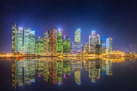 싱가포르의 스카이 라인과 마리나 베이 (Marina Bay)에 고층 빌딩의보기 스톡 콘텐츠