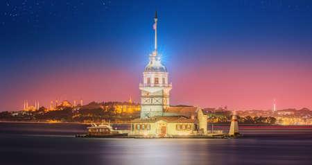 pavo: Torre de la Doncella o Kiz Kulesi Estambul, Turquía Foto de archivo