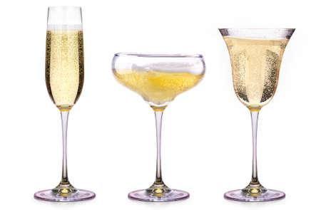 flauta: Copas de champán aislados en un fondo blanco