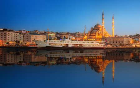 pavo: Panorama de Estambul en una espectacular puesta de sol desde el puente de Galata, Estambul, Turquía
