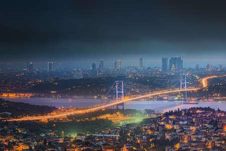 Uitzicht op de Bosporus brug bij nacht in Istanbul, Turkije