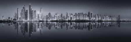 두바이 마리나에서 고층 빌딩의 아름다움 파노라마. 흑인과 백인, 아랍 에미리트