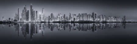 dia y noche: El panorama belleza de rascacielos en Dubai Marina. blanco y negro, los Emiratos Árabes Unidos