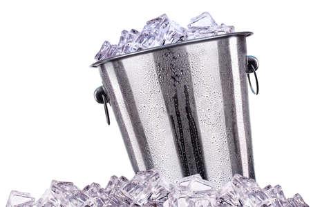 llena de cubo de hielo aislado en un fondo blanco