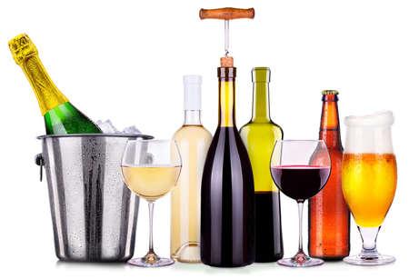 bebidas alcohÓlicas: Conjunto de diferentes bebidas alcohólicas y cócteles aislados sobre fondo blanco Foto de archivo