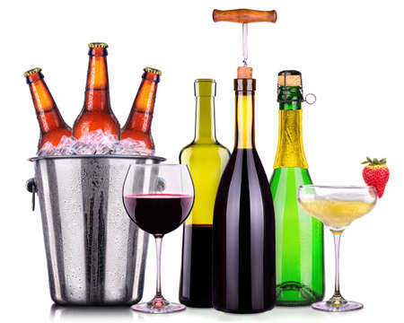 bebidas alcohÓlicas: Set of different alcoholic drinks and cocktails isolated on white background Foto de archivo