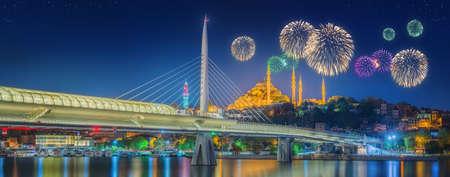 pavo: Puente Ataturk, puente metro y bellos fuegos artificiales, Estambul, Turqu�a Foto de archivo