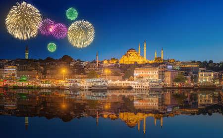 fuegos artificiales: Paisaje urbano con la torre de Gálata, el Cuerno de Oro y el ferry con el avance de hermosos fuegos artificiales en Estambul, Turquía