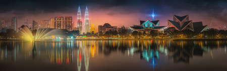 Kuala Lumpur 's nachts Landschap, het Paleis van Cultuur, Maleisië Stockfoto - 48571833