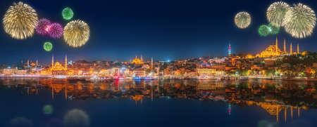 fuegos artificiales: Paisaje urbano con la torre de G�lata, el Cuerno de Oro y el ferry con el avance de hermosos fuegos artificiales en Estambul, Turqu�a