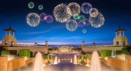 Bei fuochi d'artificio sotto Fontana Magica spettacolo di luci a Barcellona, ??Spagna Archivio Fotografico - 48792909