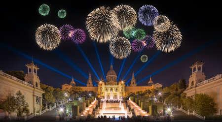 바르셀로나, 스페인의 마법의 분수 빛의 쇼에서 아름 다운 불꽃 놀이