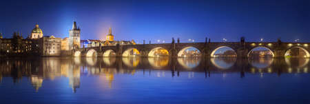 Vista sul Ponte Carlo a Praga durante la notte, Repubblica Ceca