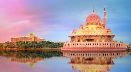 Sunset over Putrajaya Mosque and Panorama of Kuala Lumpur, Malaysia. Standard-Bild