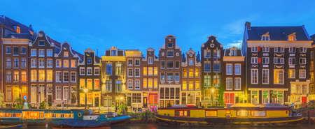 Amstel, grachten en nacht uitzicht op de prachtige stad Amsterdam. Nederland.