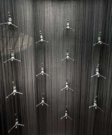 fibra de vidrio: Cascada famosa con esculturas de fibra de vidrio del arte de los buceadores humanos en centro comercial de Dubai, EAU. Foto de archivo
