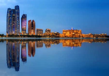Skyline di Abu Dhabi Archivio Fotografico - 71918764