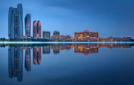 Vue sur les toits d'Abu Dhabi au lever du soleil, Émirats Arabes Unis