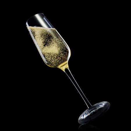 Bicchiere per champagne con schizzi isolati su sfondo nero.