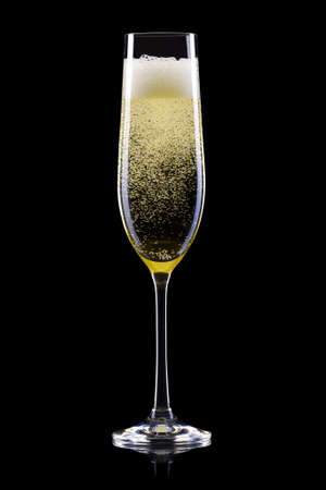 Bicchiere per champagne con spruzzi su sfondo nero. Isolato con tracciato di ritaglio