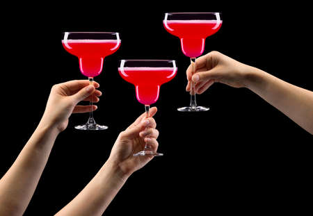 Set of hands holding strawberry margarita glass isolated on black background. 版權商用圖片 - 147825346