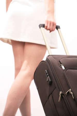 Jeune femme tire ses bagages Banque d'images - 4331105