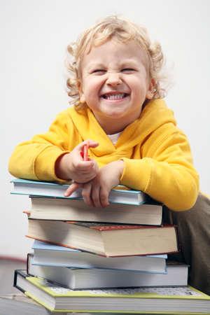 Garçon avec des livres. Banque d'images - 4360600