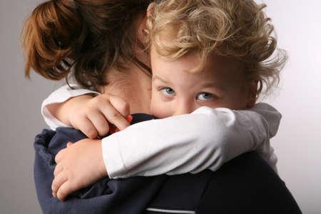 mujer llorando: Ni�o en las madres manos.