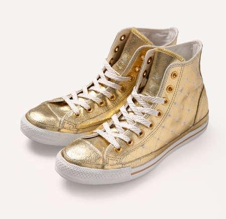 Chaussures vintage dorées sur fond blanc. Banque d'images - 5376225