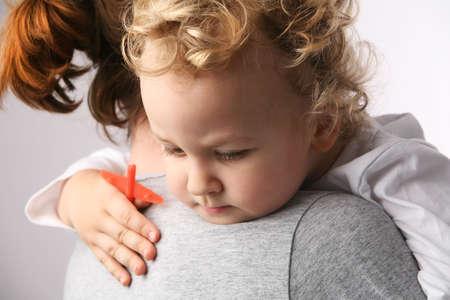 ni�os enfermos: Cabrito en las madres de las manos. Foto de archivo